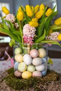 Tulipes et oeufs dans un vase large