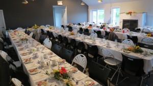 Salle intime pour 75 personnes en tables rondes ou rectangulaires /  100 pers. en formule réception dînatoire